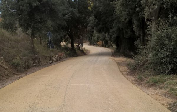 Strada con asfalto ecocompatibile drenante